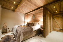 Ancient timber on the walls & ceiling create a cosy, cabin style bedroom